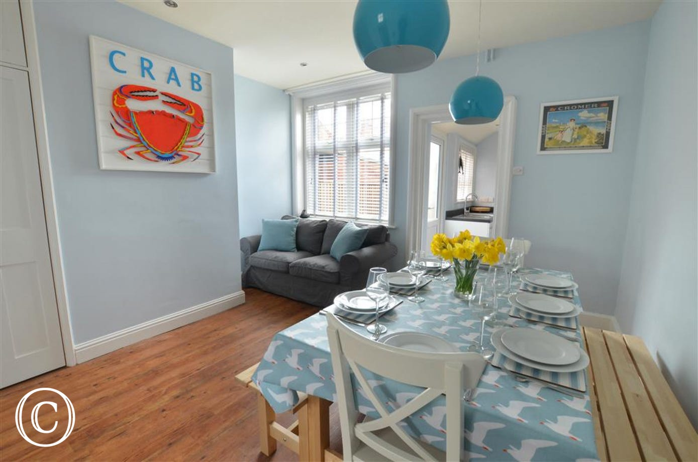 The dining room, decorated in beautiful sea colours.