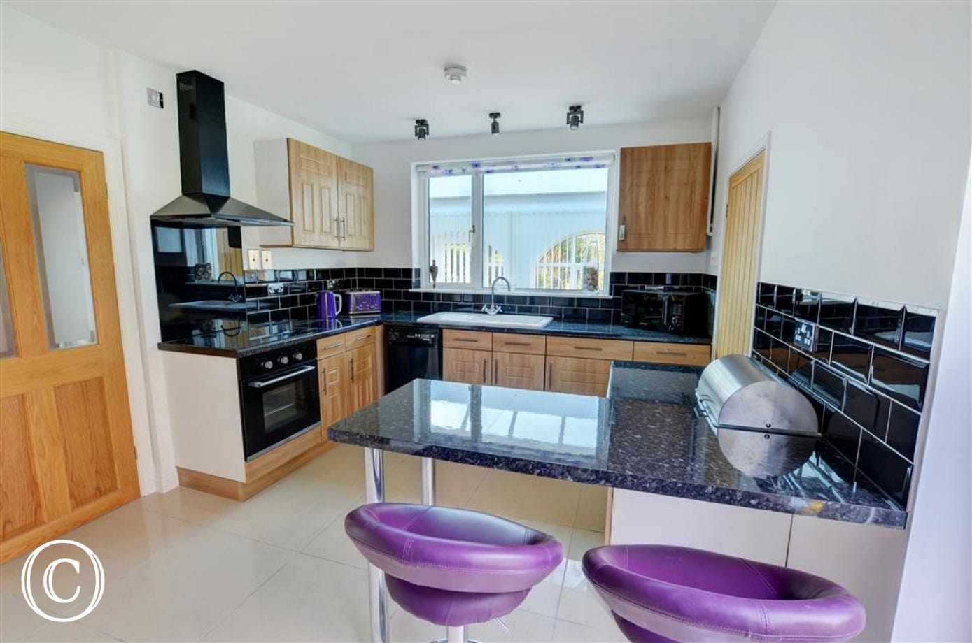 Very mosern, well equipped kitchen with breakfast bar area