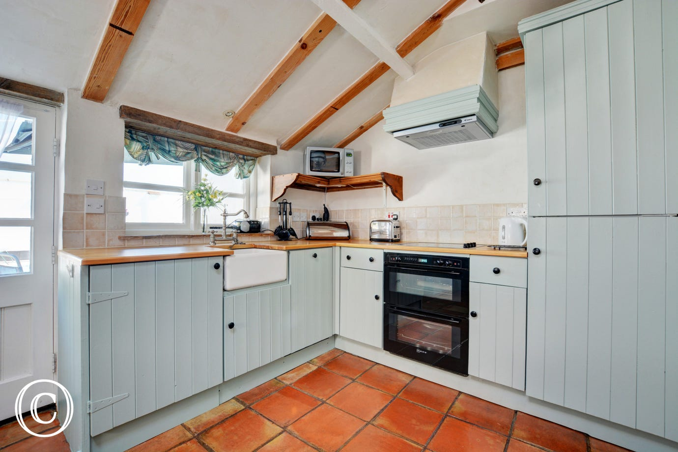 Beautiful, well equipped kitchen with ample storage and worktop space