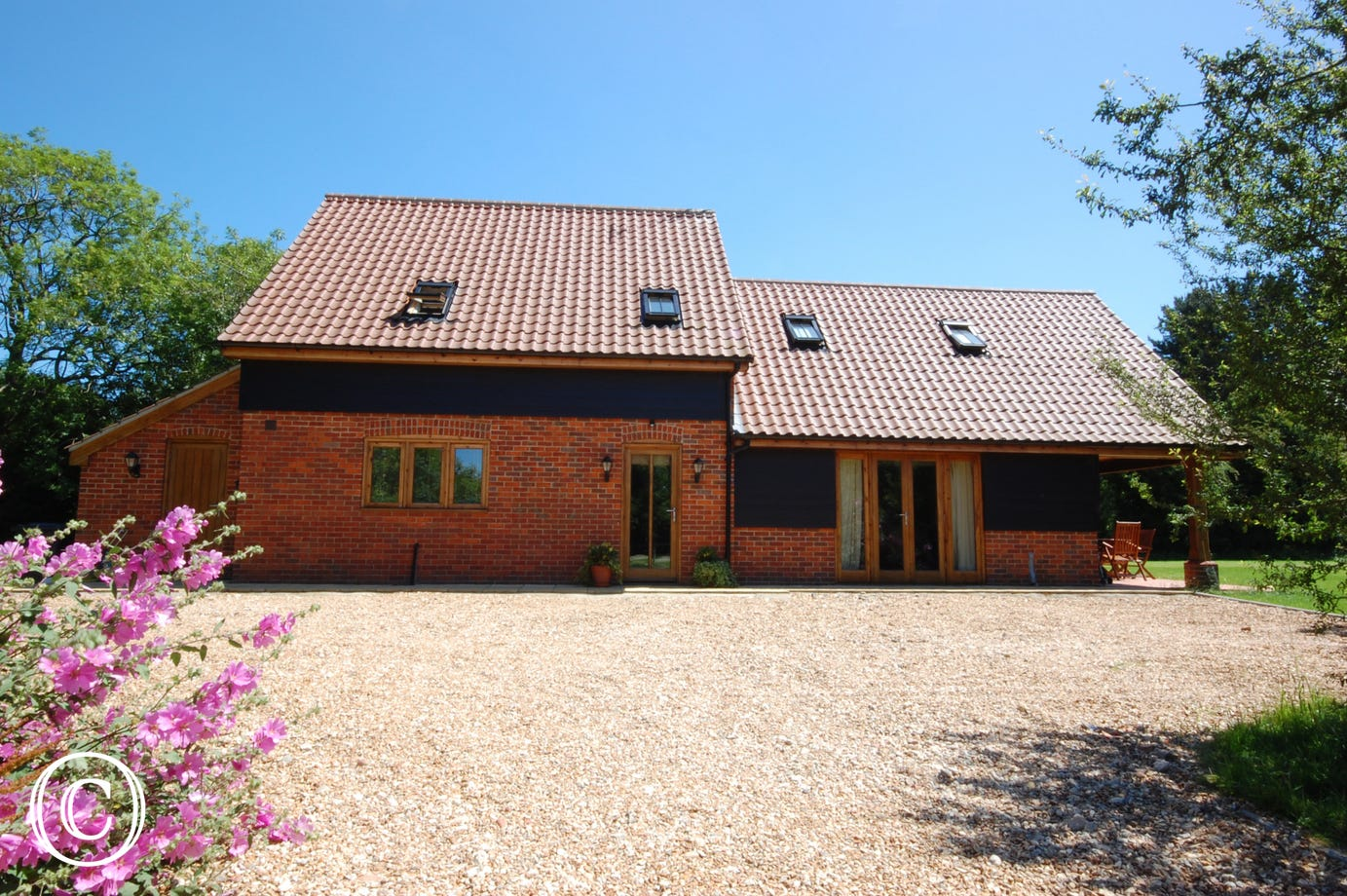 This is a beautifully presented detatched family house situated in a quiet and very private woodland setting. The house was built in 2006 in a barn conversion style