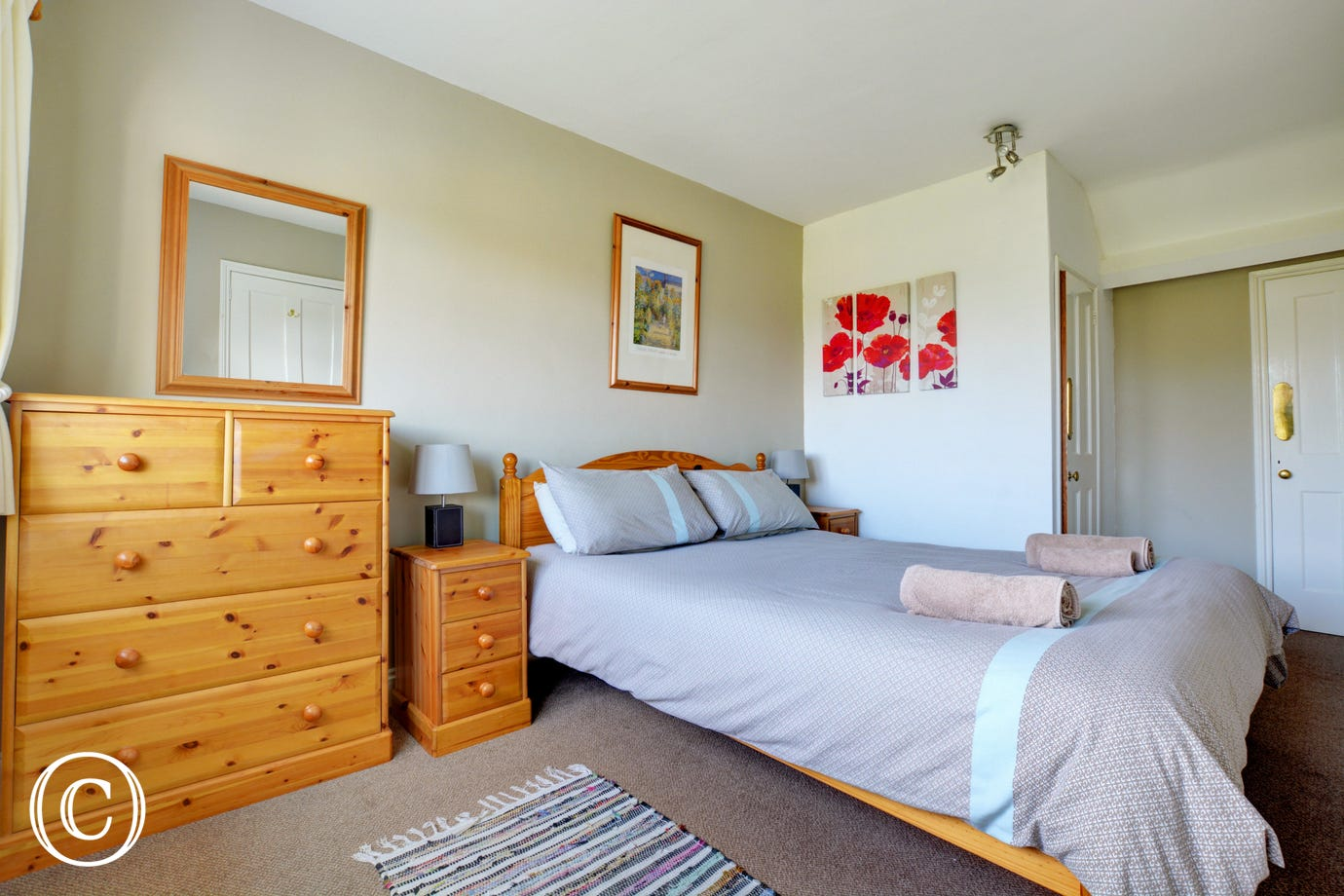 Double room, nicely furnished with storage and the convenience of an en suite shower room