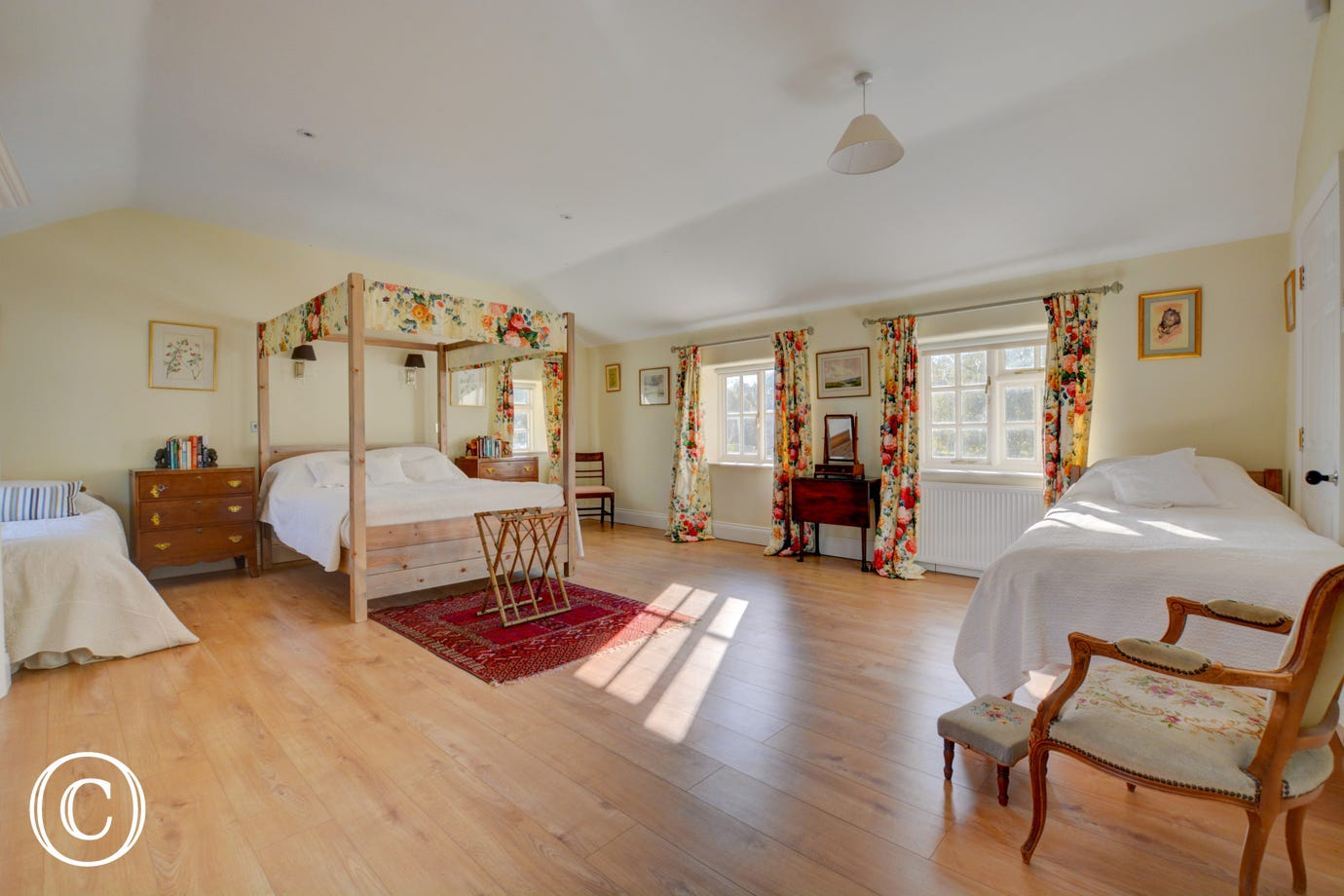 Luxury master suite with king size four poster bed and single bed