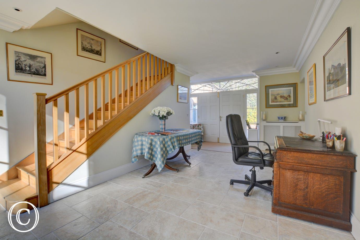 Spacious entrance hall with desk/work station