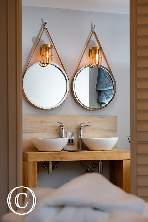 Twin wash basins & mirrors