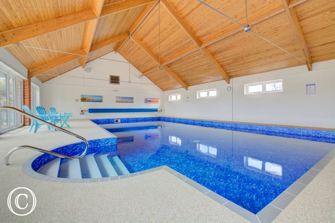 This poperty benefits from the use of this communal swimming pool