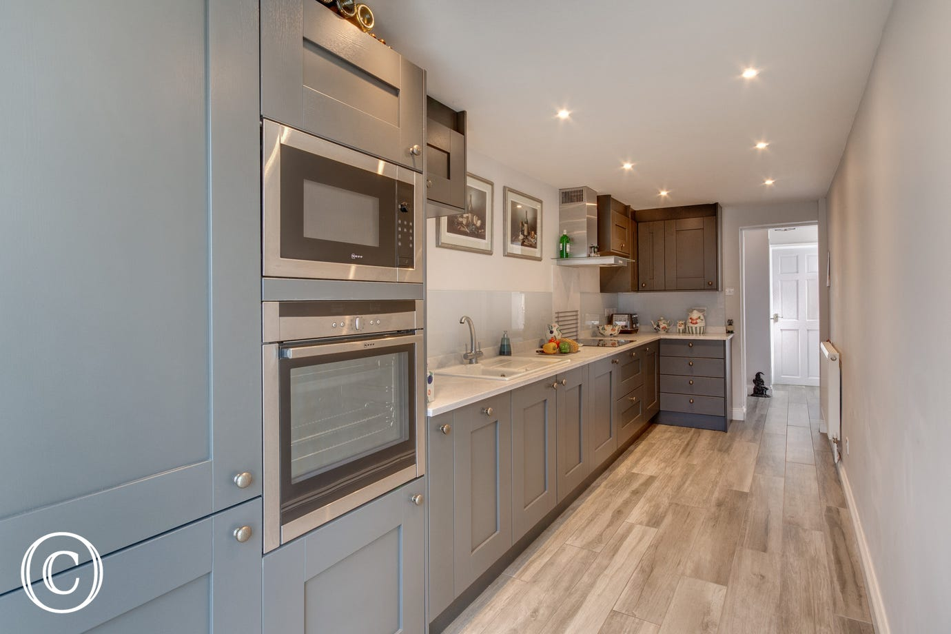Kitchen with double oven, kitchen units and worktop
