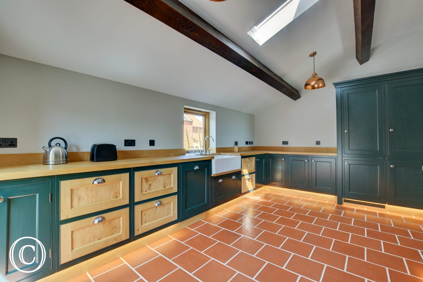 Light and spacious with electric built-in oven, electric induction hob, dishwasher, microwave, fridge/freezer, washing machine, tumble dryer, touch sensor under cupboard lighting
