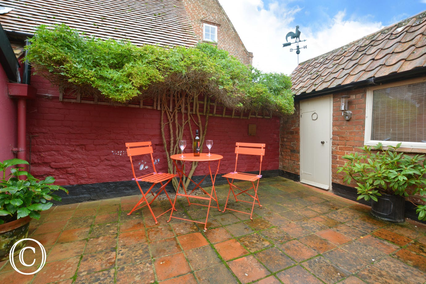 Courtyard with table and chair for a spot of alfresco dining