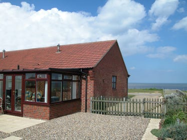 Seashells is a modern bungalow set on a cliff-top with spectacular uninterrupted sea views opening onto open countryside with views of Happisburgh lighthouse.