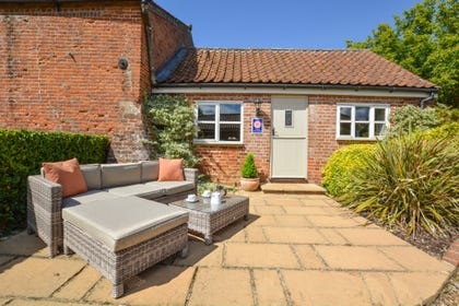 Lollipop Cottage is an attractive stable conversion on one level which has been tastefully furnished, with oak floors to the sitting area