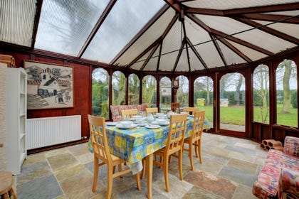 Lovely conservatory with additional seating and dining space, super space to enjoy the garden