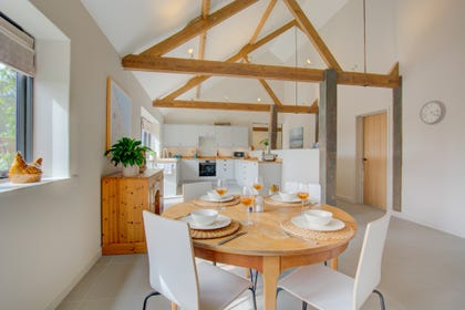 Kitchen with vaulted ceiling, dining table & chairs